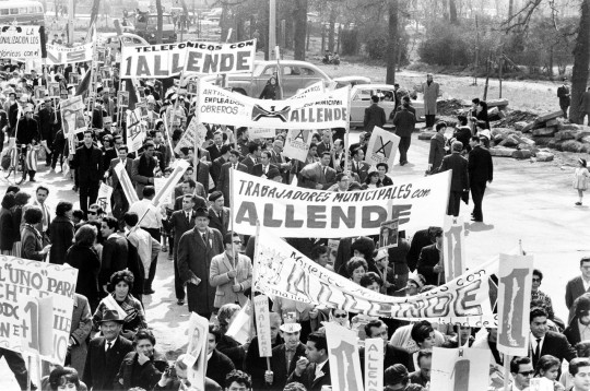 1280px-Allende_supporters