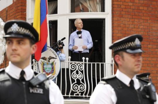Assange_Speaks_to_media_at_embassy-e1345490040794 (1)