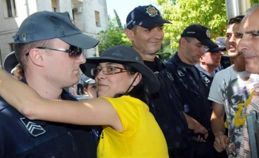 calovic-kaznjena-sa-550-eura-zbog-poljupca-zagrljaja-policajca-slika-133146