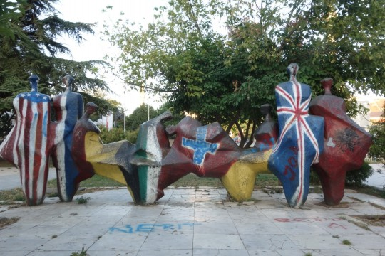 Podnožje spomenika bratstvu i jedinstvu Priština; danas obojeno u zastave zemalja NATO-a