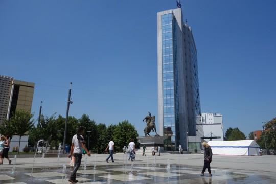 Zgrada Vlade Kosova i spomenik Skenderbegu u centru Prištine