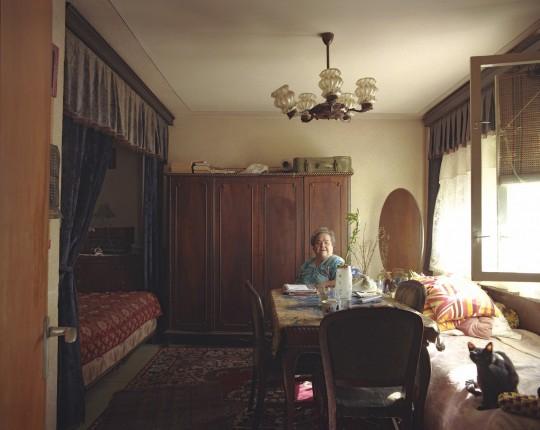 Zgrada se nalazi pored pijace. Gospođa ponekad izdaje trgovcima krevet sa baldahinom a ona spava na malom krevetu sa druge strane