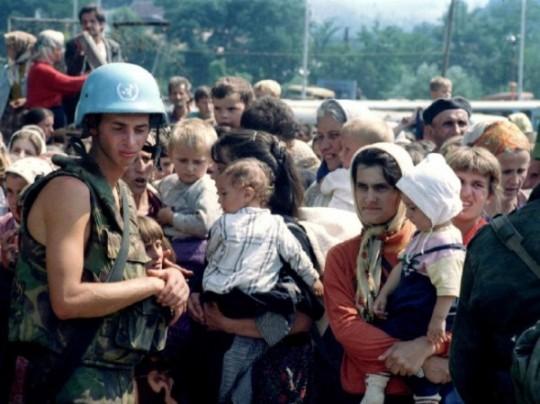 Srebrenica-razglednica-iz-groba-potocari-un-zene
