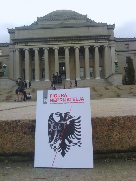 Figura neprijatelja ispred Kolumbija fakulteta